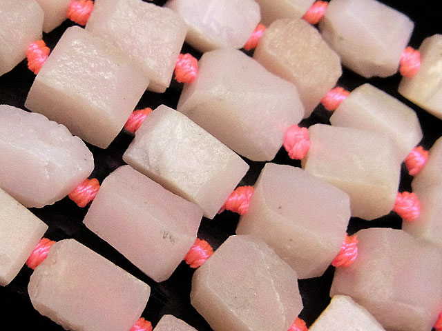 天然石【連販売】ピンクオパール ラフロック 5〜10mm【1連 1,500円】ビーズとパワーストーン